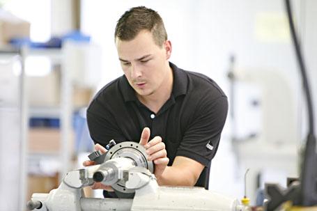 Echt und aus der Fertigung. Mitarbeiter der HAAS Schleifmaschinen GmbH. (www.multigrind.com). Quelle: www.kraas-lachmann.com.