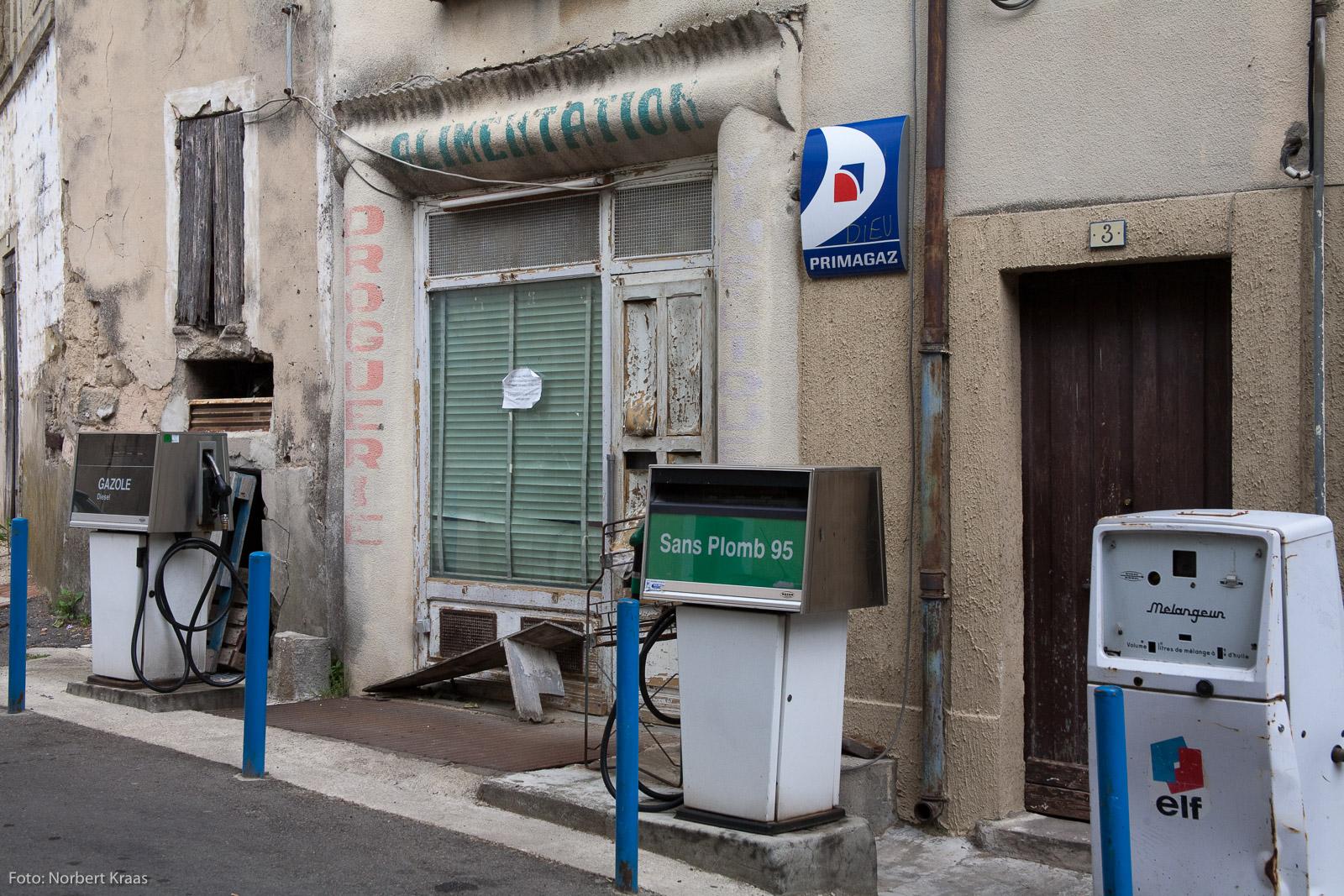 Wo tankt man Zuversicht in schwierigen Zeiten? Verlassener Laden in Saint-Quentin-la-Poterie, Languedoc.