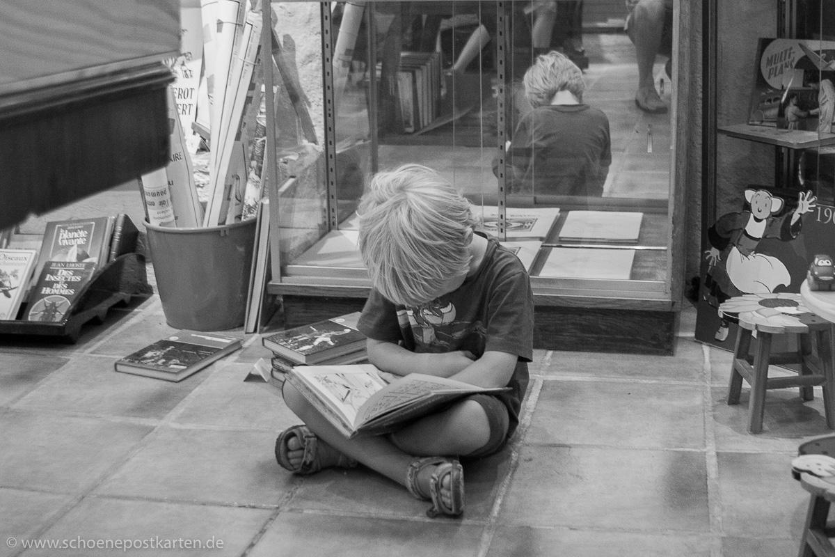 Ganz versunken in die Lektüre ist dieser junge Leser in der Librarie Paroli in Minerve (Languedoc, Frankreich)