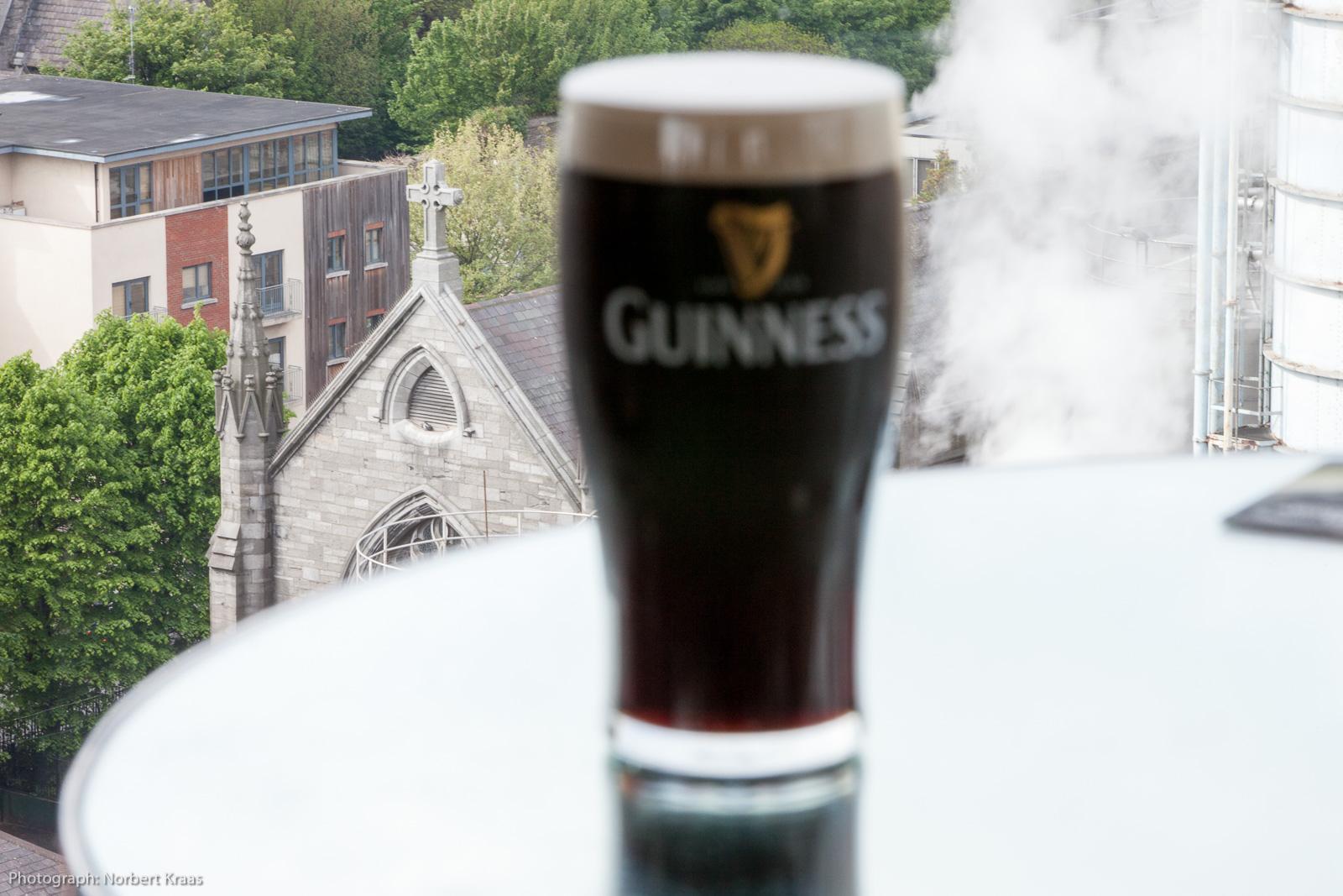 Wanderer kommst Du nach Dublin. Die Kirche neben der Guiness-Brauerei mahnt zum Maßhalten.