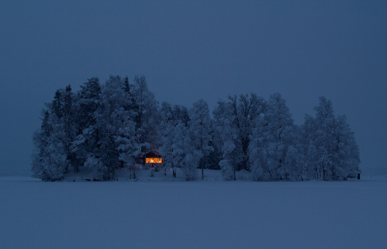 Cottage on an island near Nora, Sweden. Photo: Jonas Loiske. Source: http://freecabinporn.com