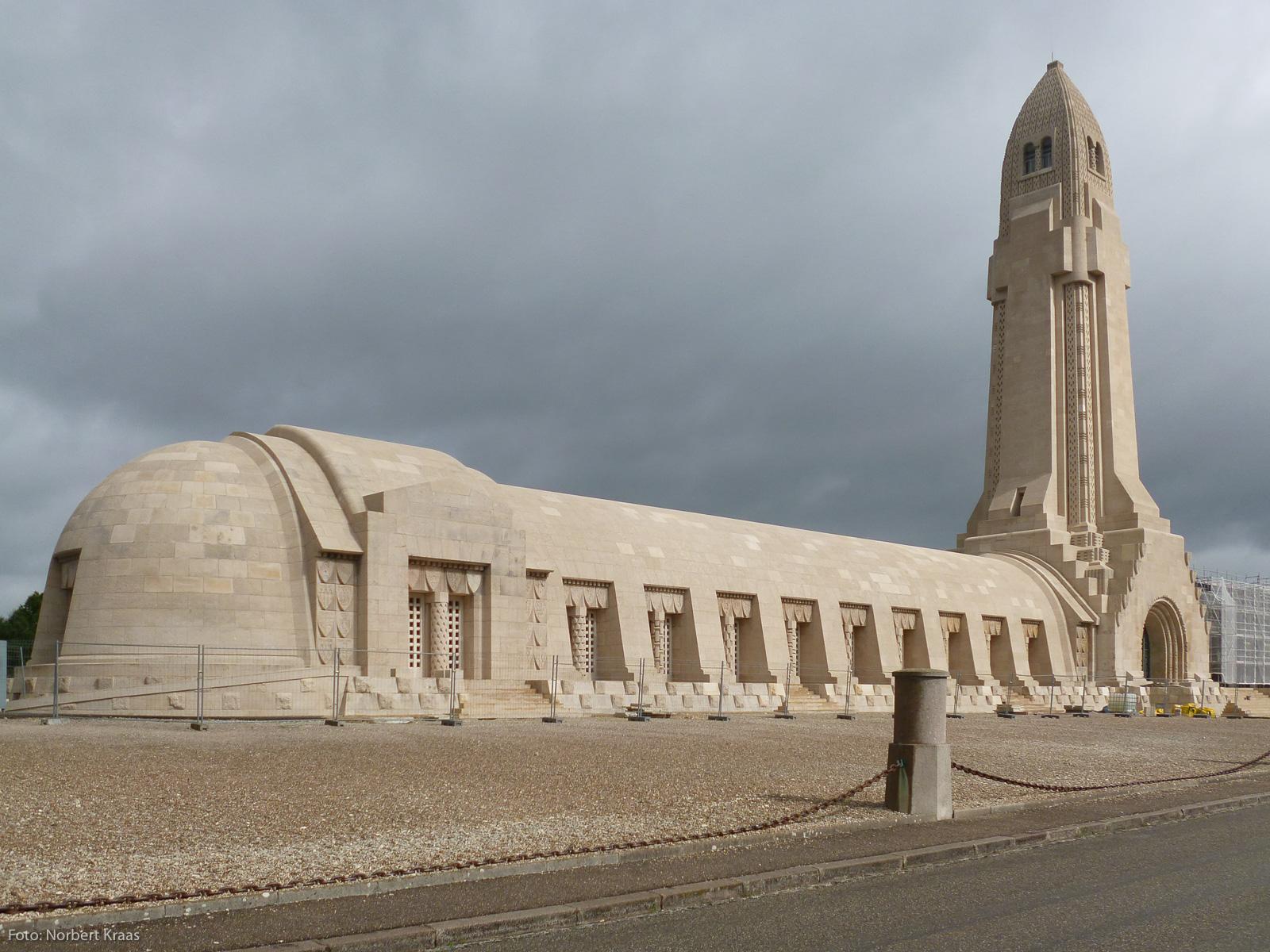 """Kurt Oesterle: """"Der steinerne Turm ist einer Granate nachgebildet [...]"""". Beinhaus von Douaumont bei Verdun. Foto: Norbert Kraas"""