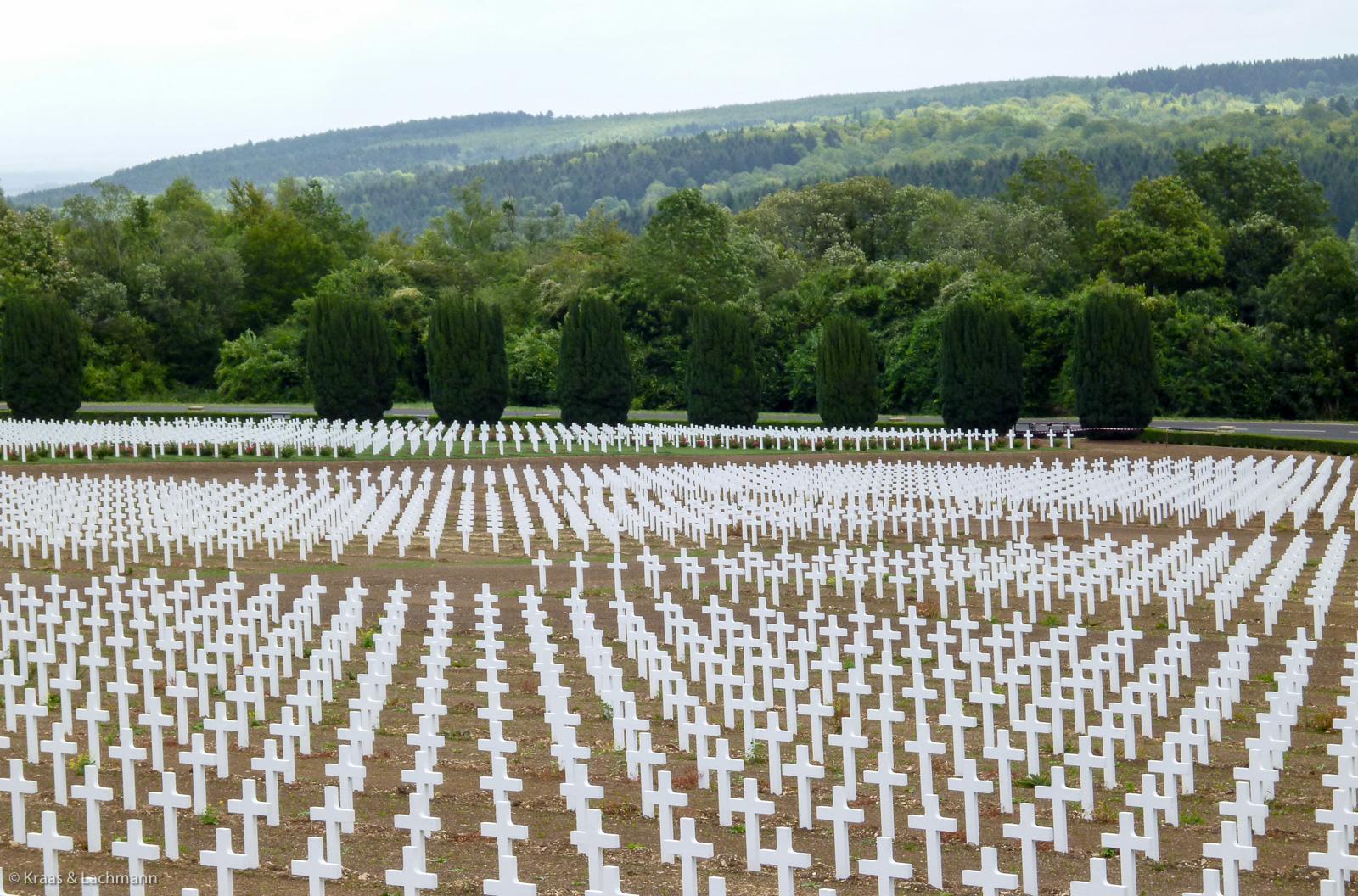 Vor dem Beinhaus von Douaumont: hier liegen 16123 gefallene Franzosen begraben. Foto: Norbert Kraas