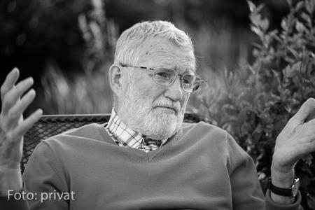 Karl Poralla in seinem Garten.