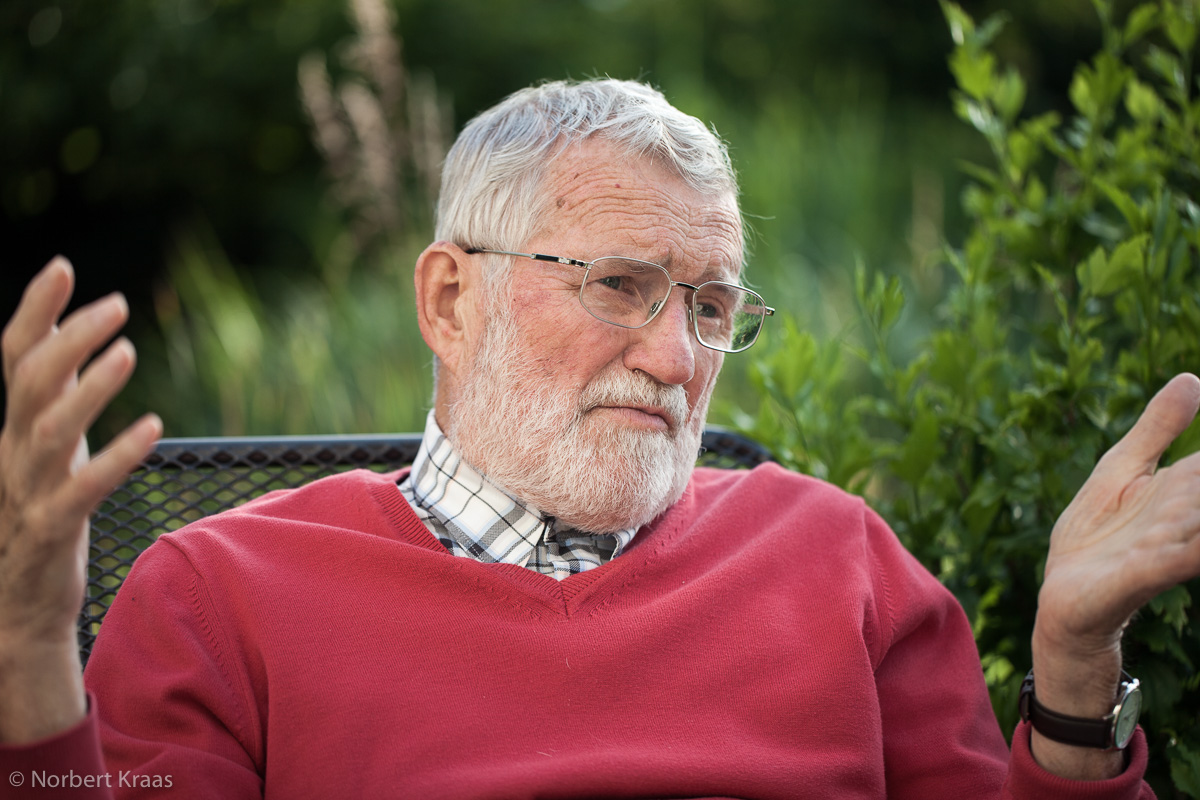Professor Dr. Karl Poralla, leidenschaftlicher Mikrobiologe mit Faible für altes Eisen