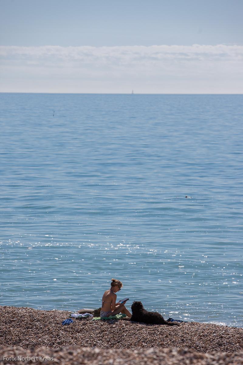 Was macht Frau am Strand? Lesen!