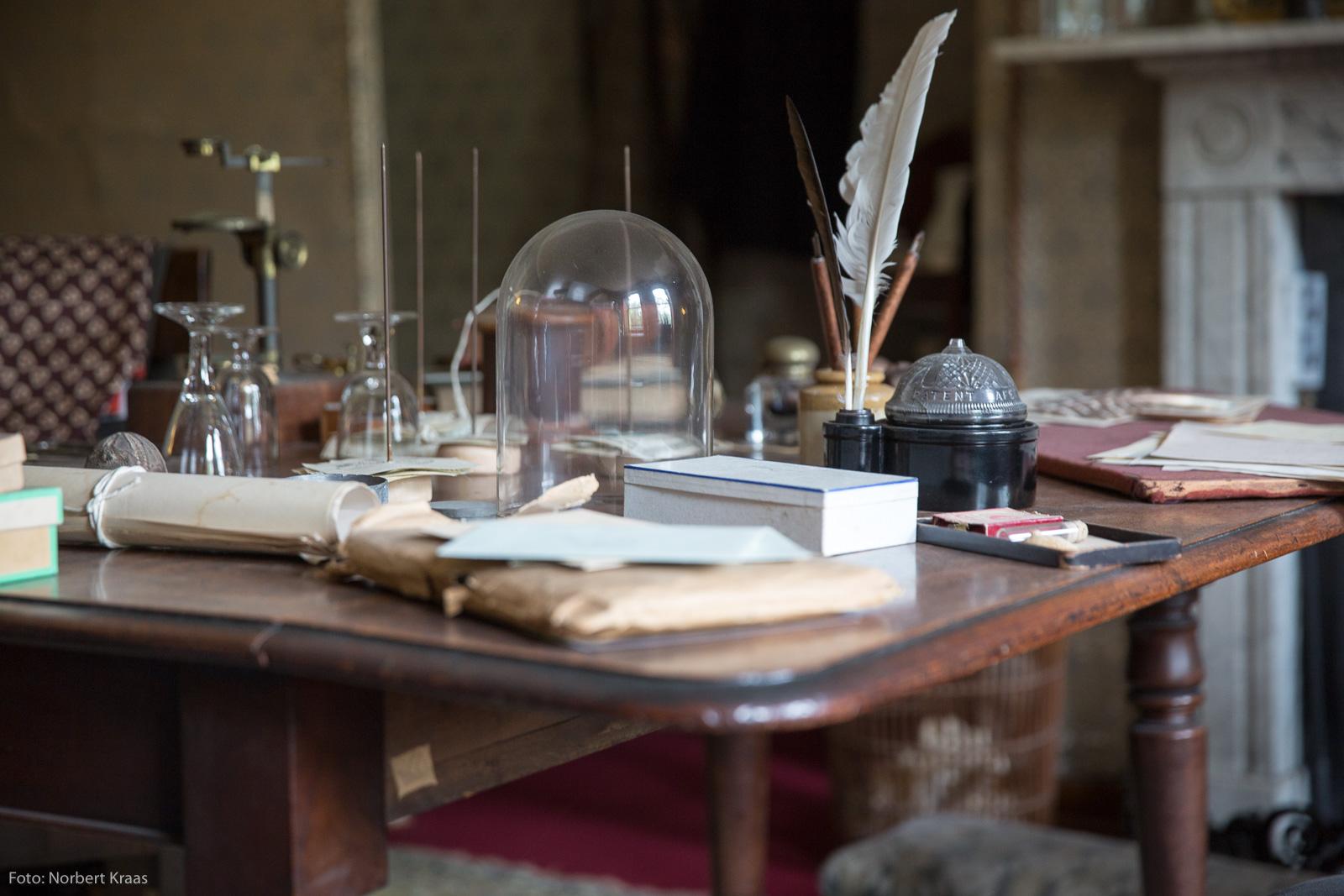 Schreibtisch von Charles Darwin mit persönlichen Gegenständen in seinem Haus in Kent. Foto: Norbert Kraas