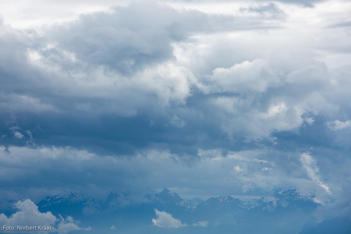 Wetterwechsel in Bildstein, Vorarlberg. Wer kann mir sagen, welche Berge ich da fotografiert habe?