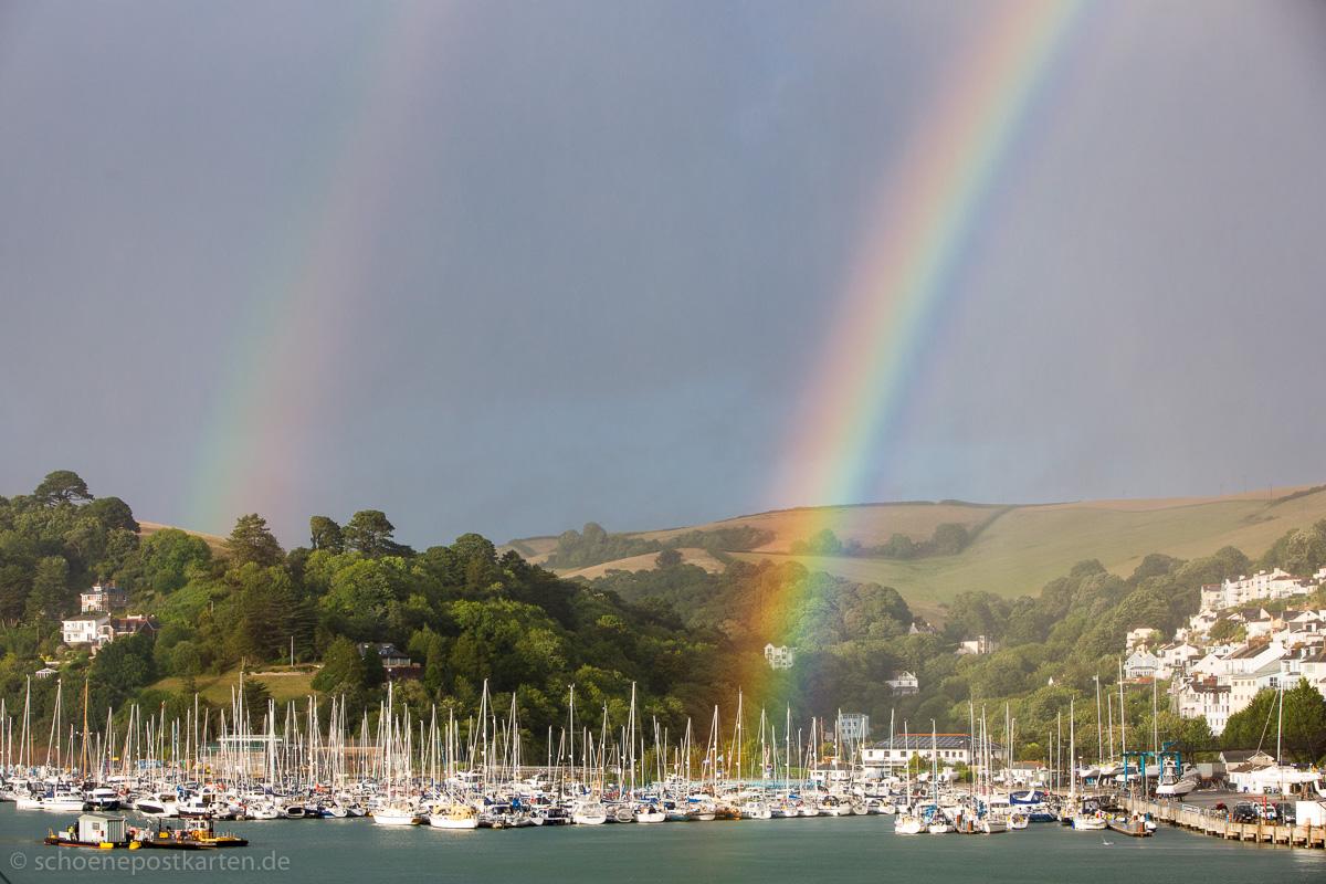 Regenbogen über dem Hafen von Darmouth in Devon, Südengland