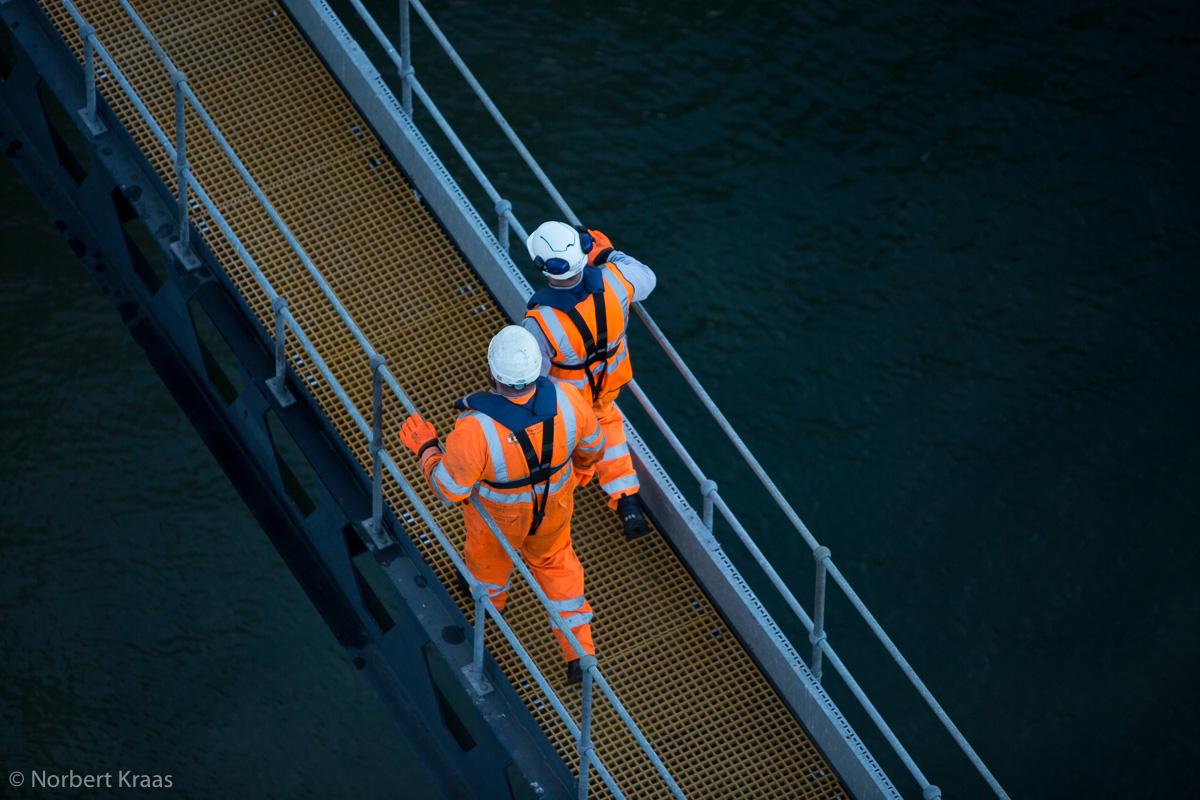 Welche Rolle spielt der Mensch noch in der globalisierten Welt? Hafenarbeiter in Harwich, Suffolk.