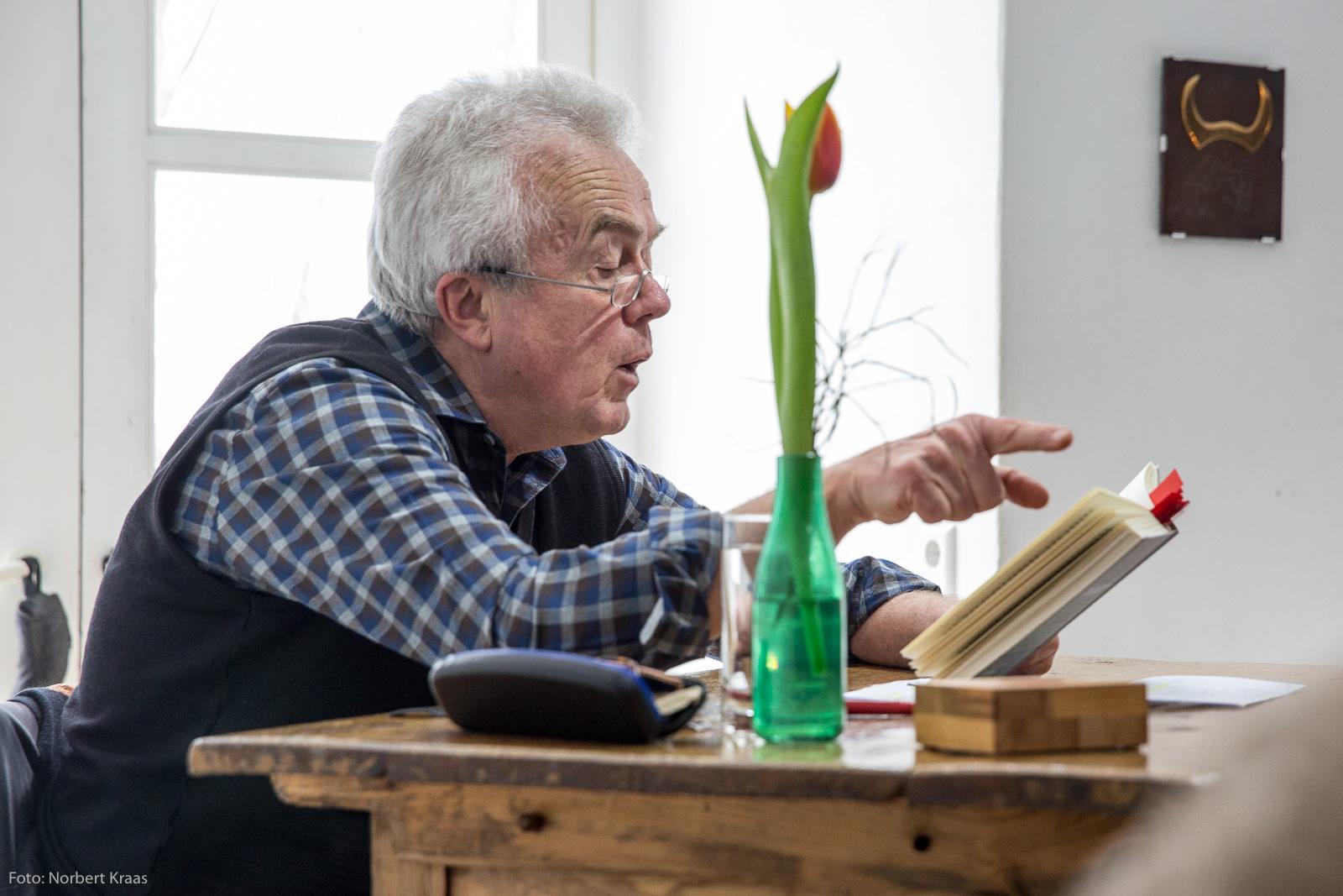 """Kurt Oesterle bei der Vorstellung von """"Die Erbschaft der Gewalt"""" im Tübinger Zimmertheater. Foto: Norbert Kraas"""
