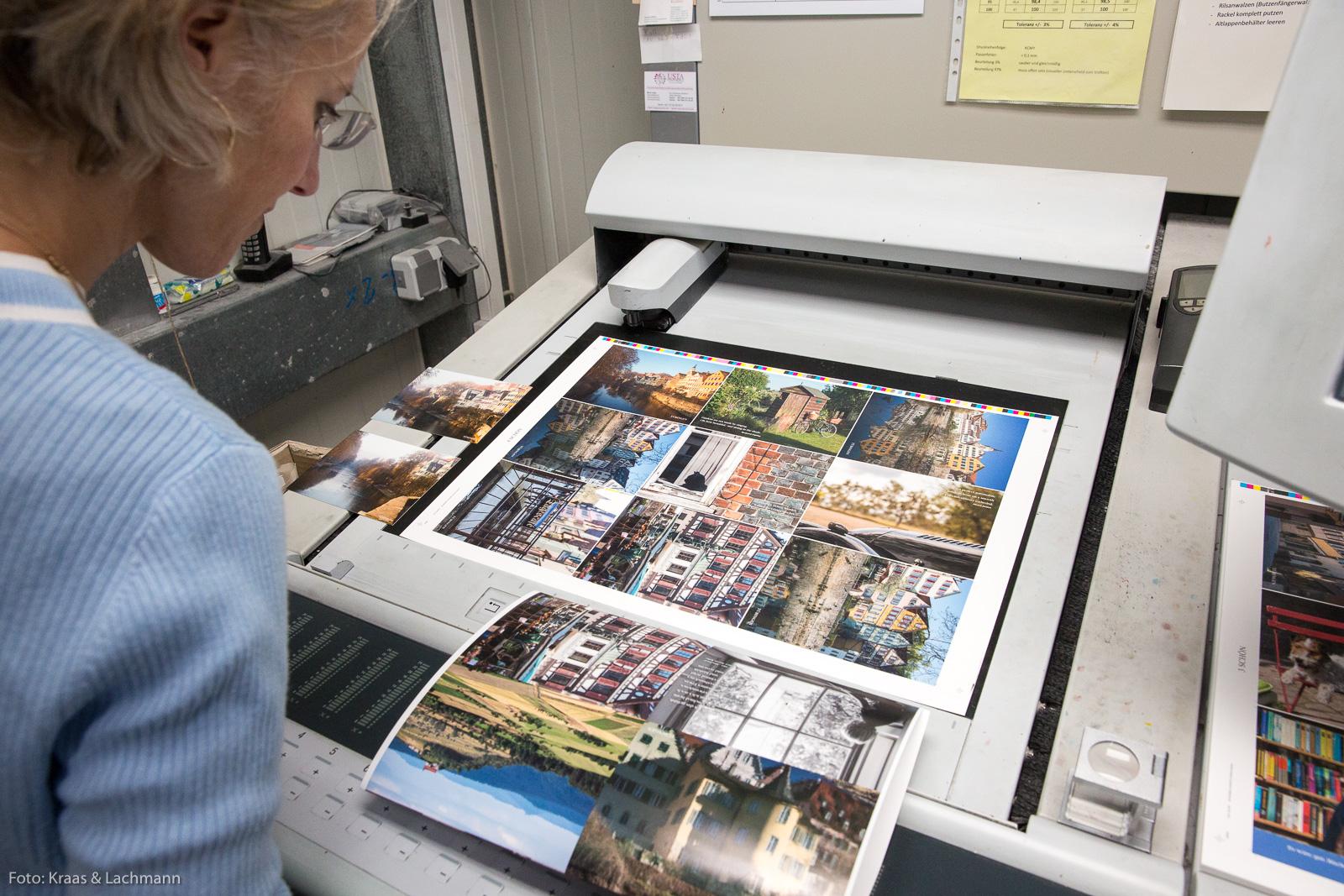 Jeder Druckbogen von Schöne Postkarten wird genau angeschaut in der Druckerei Enssle in Metzingen