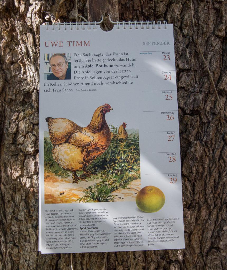Apfel-Brathuhn wird in Ikarien, dem Roman Uwe Timm gereicht. Das Rezept samt Zitat gibt's am 23.9.2019.