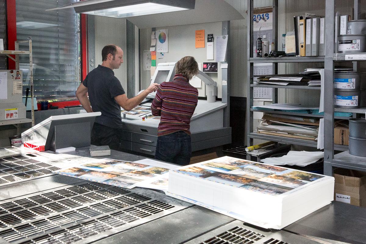 Am Steuerpult wird die farbliche Feinabstimmung für Schöne Postkarten vorgenommen. Dazu braucht es ein geübtes Auge.