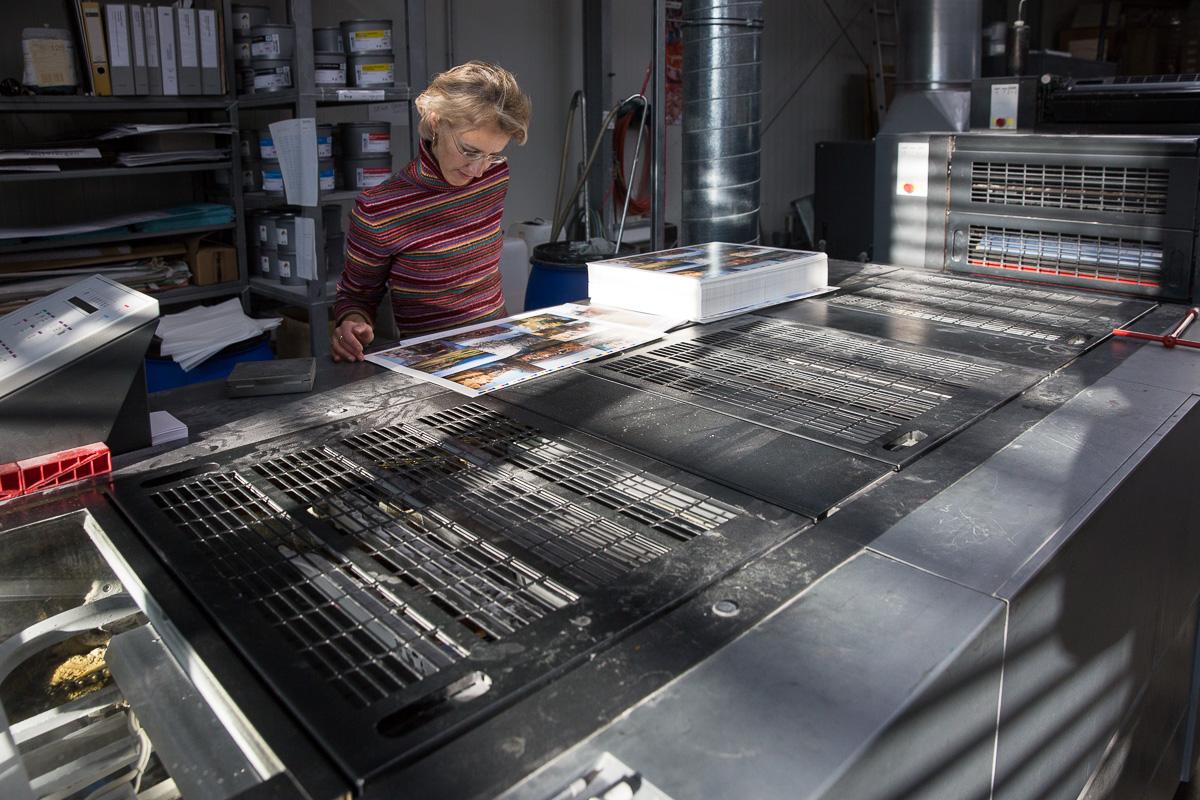 Jede Druckform von Schöne Postkarten wird genau geprüft, bevor die gesamte Auflage gedruckt wird.