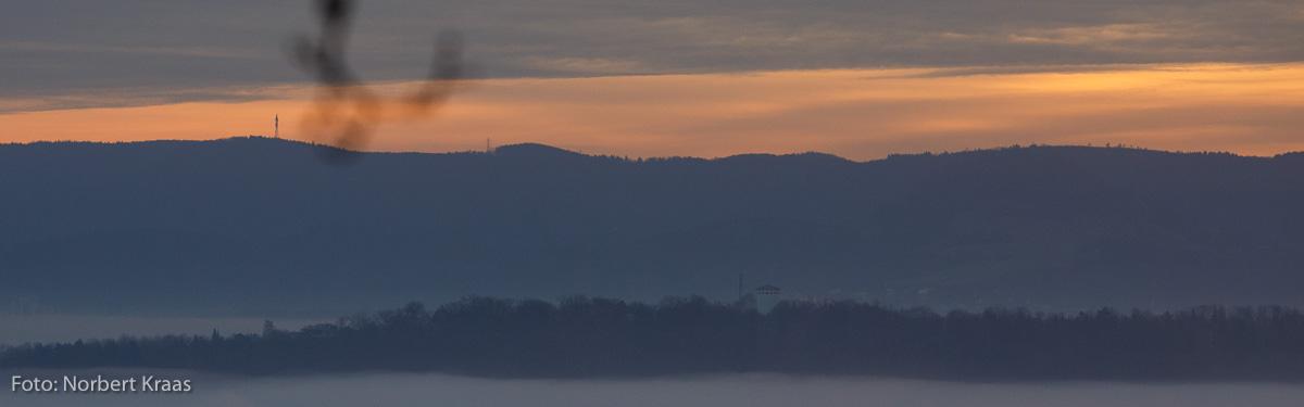 Wintersonnwende: zögernd klettert die Sonne über den Albtrauf. Im Vordergrund der Wasserturm von Kusterdingen.