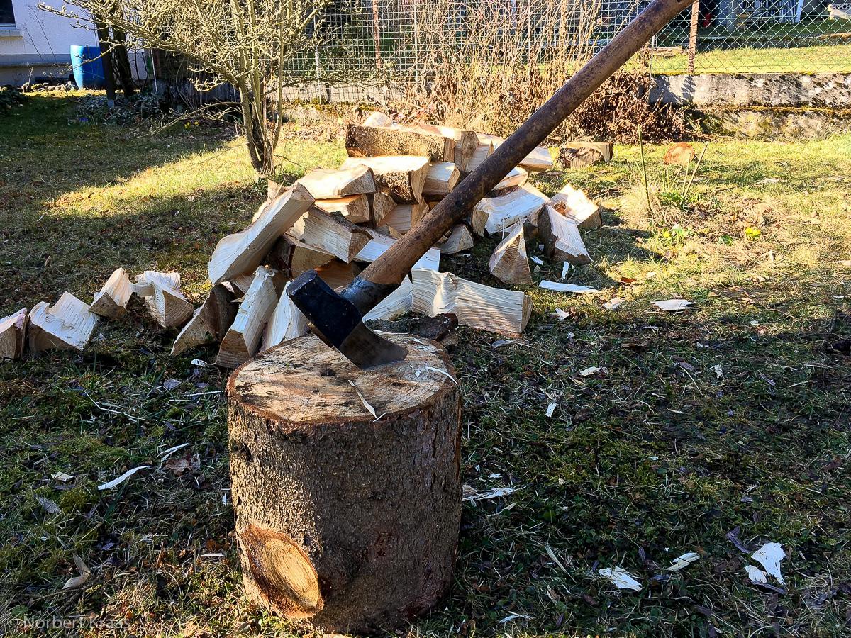 Holz spalten in der Sonne mit einer guten Axt: mehr braucht es manchmal nicht