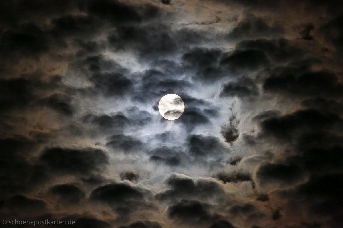 Der Mond am 8. Mai 2020 um 3 Uhr war nur 356.910 Kilometer von uns entfernt: ein Supermond