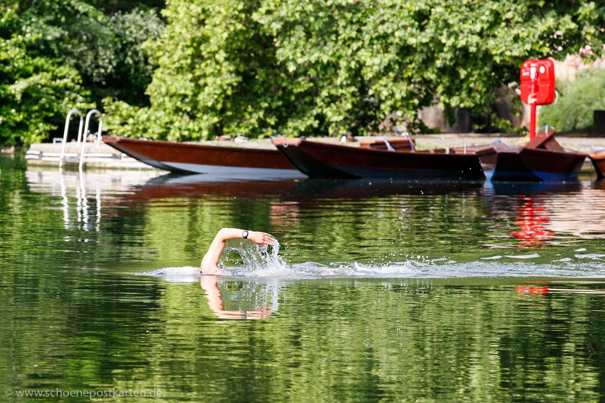 """""""deine Wellen umspielten mich"""" – Schwimmerin im Neckar in Tübingen. Foto: www.schoenepostkarten.de"""