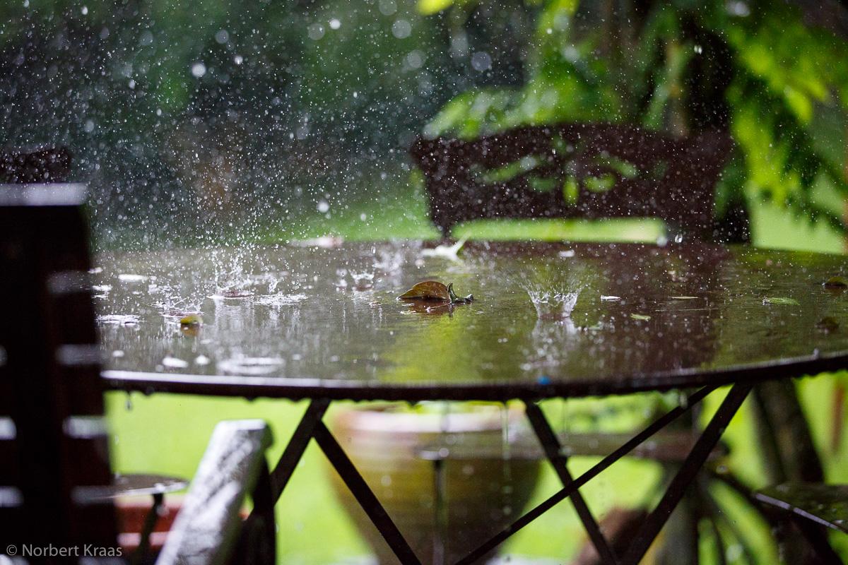 Bei einem Platzregen sind die Regentropfen größer als normal und können bis zu 40 km/h erreichen