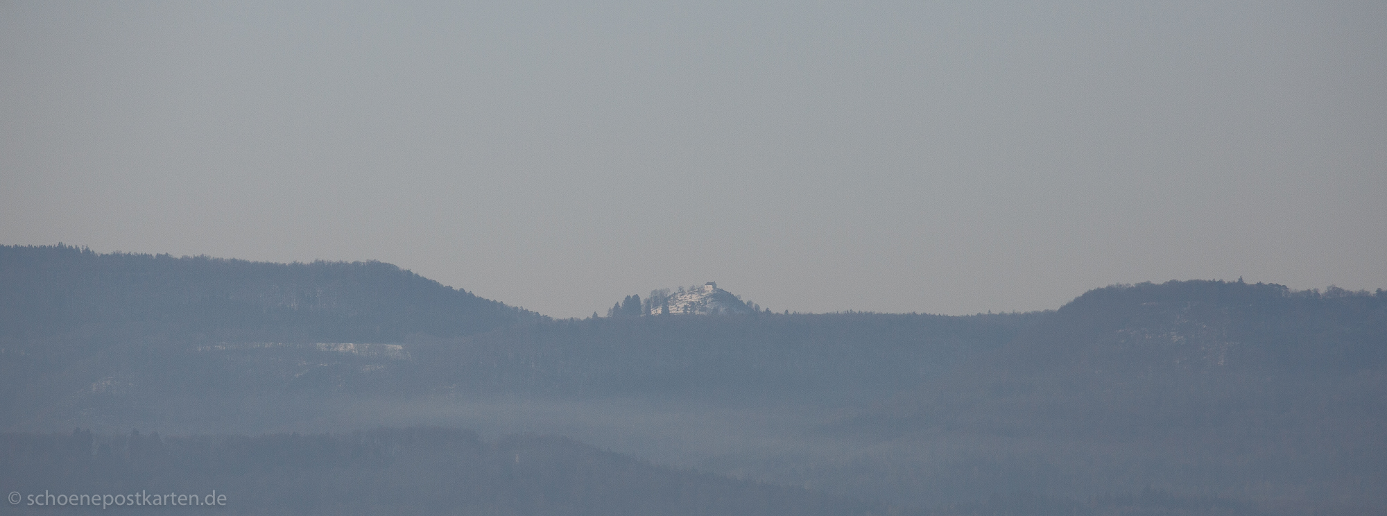 Wer als erster in den Kommentar schreibt, wie die Kapelle auf dem beschneiten Hügel heißt, bekommt 5 Schöne Postkarten