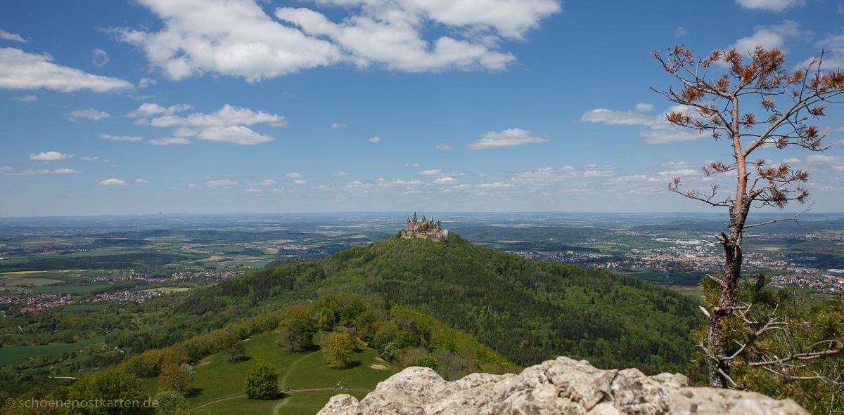 Blick vom Zellerhorn auf die Burg Hohenzollern und das Albvorland