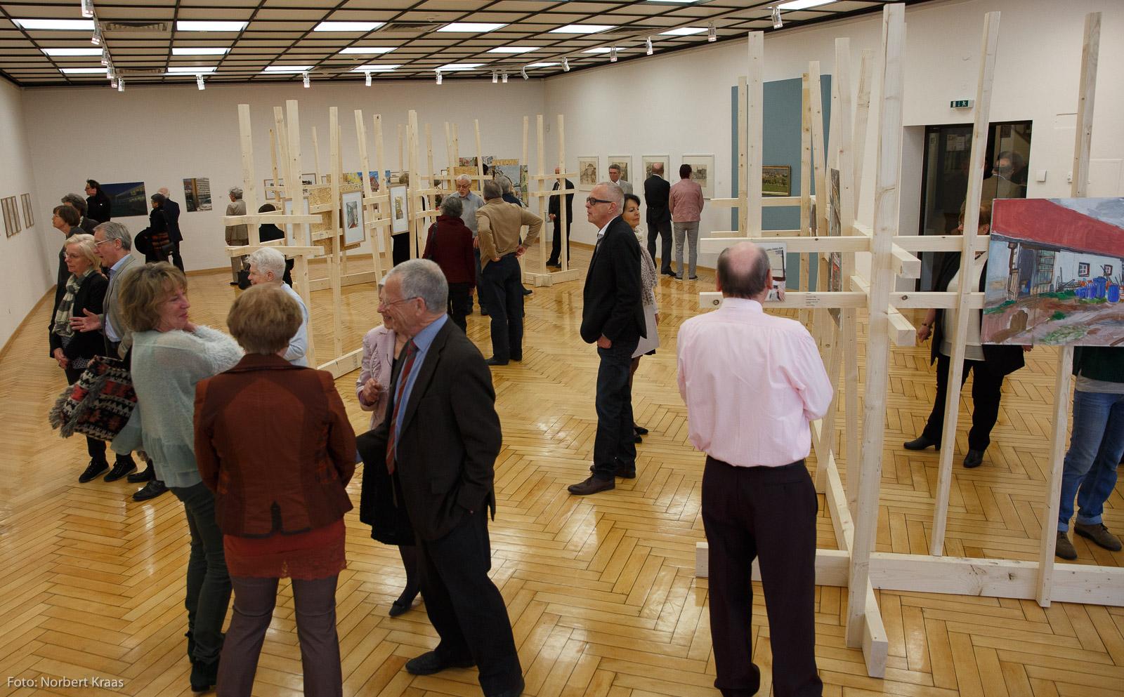"""Sehr gut besucht: Vernissage am 19.3.2017 der Ausstellung """"AlbStadtAlb"""" der Tübinger Künstlerin Ava Smitmans. Ausstellungsansicht im Kunstmuseum Albstadt."""
