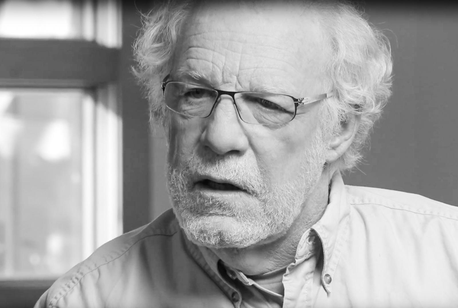 Jack Ridl, 74, amerikanischer Lyriker, der sich mit den Zuständen im Weißen Haus nicht abfinden will. Screenshot: Video by Fetzer Institute.