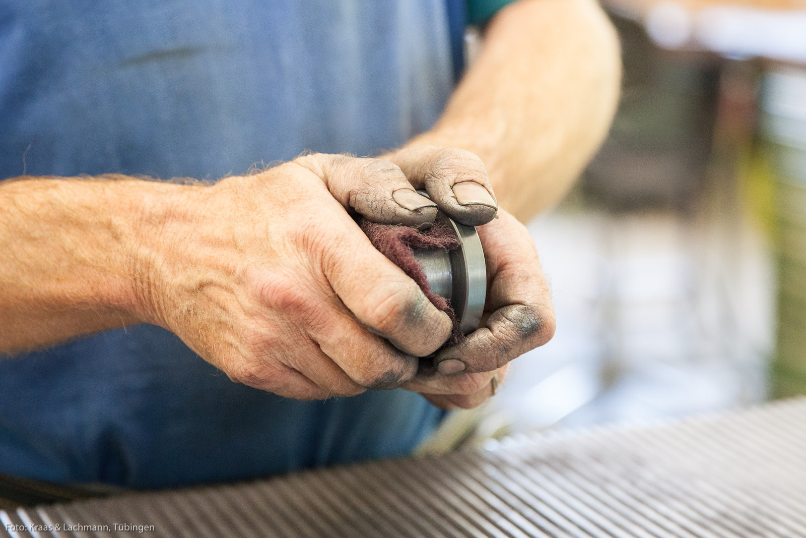 Handarbeit mit Gefühl: Entfernen der Sinterhaut an einer Pressform für Diamantschleifwerkzeuge.