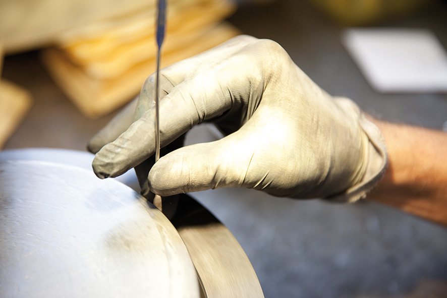 Mit Gefühl: Einfüllen der Bindemischung für eine Schleifscheibe. Foto: Haefeli.