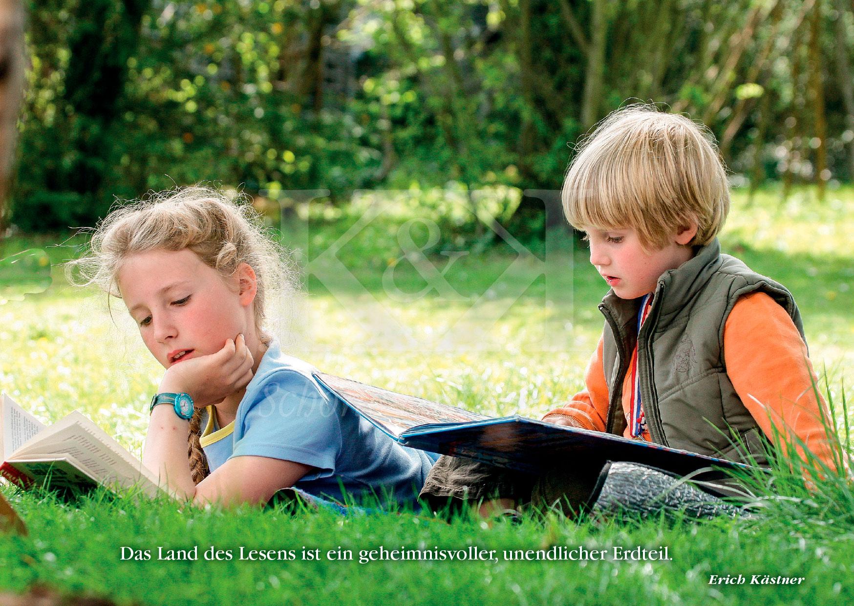Schöne Postkarte Nr. 106 · Im Land des Lesens versunken · © www.schoenepostkarten.de