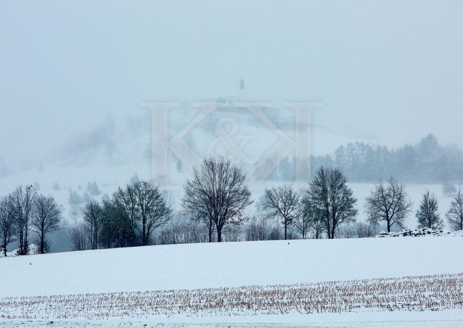 Schöne Postkarte Nr. 23 · Im Winternebel nur noch zu erahnen: die Wurmlinger Kapelle bei Tübingen · © www.schoenepostkarten.de
