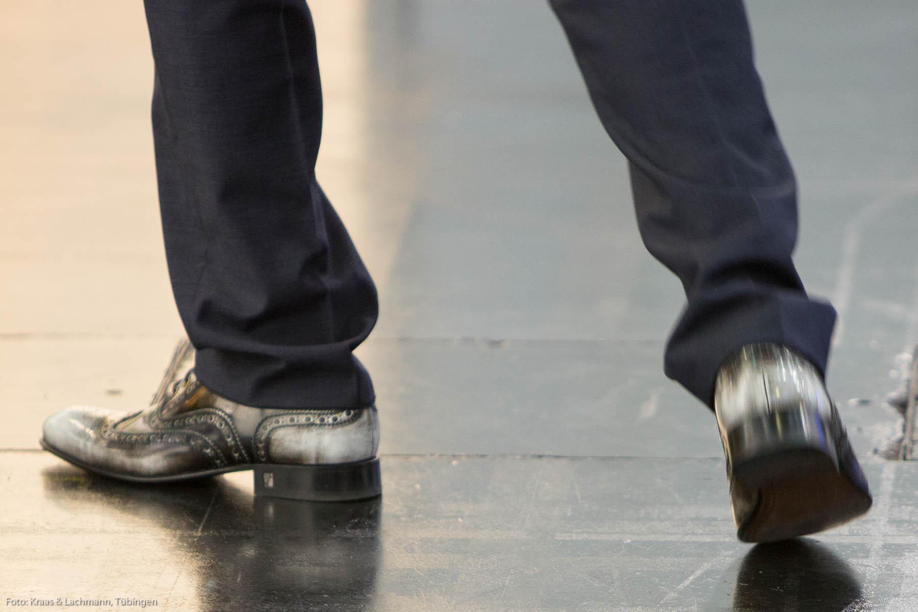 Die Schuhe von Brian Ferry? Weit gefehlt. Hier läuft ein modebewusster Ingenieur durch die Messehallen der GrindTec in Augsburg. Foto: Kraas & Lachmann